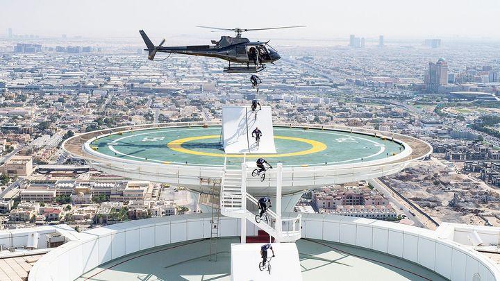 Cyklista seskočil z vrtulníku na mrakodrap v Dubaji. Šílený kousek na fotkách