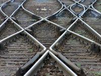 Vlak v Ostravě naboural do velkého kusu nábytku nastraženého na kolejích