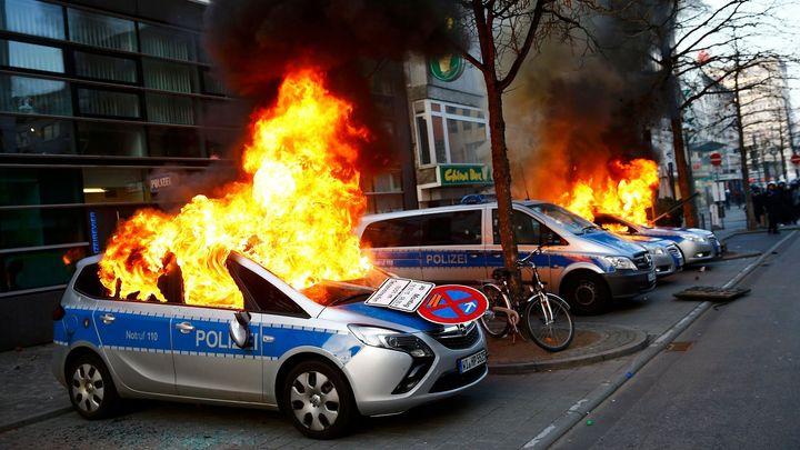 Protesty ve Frankfurtu. Výtržníci házeli na policisty kamení