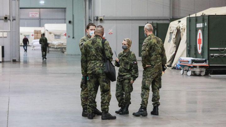 Vláda pět miliard armádě převede, až je bude potřebovat, tvrdí Schillerová