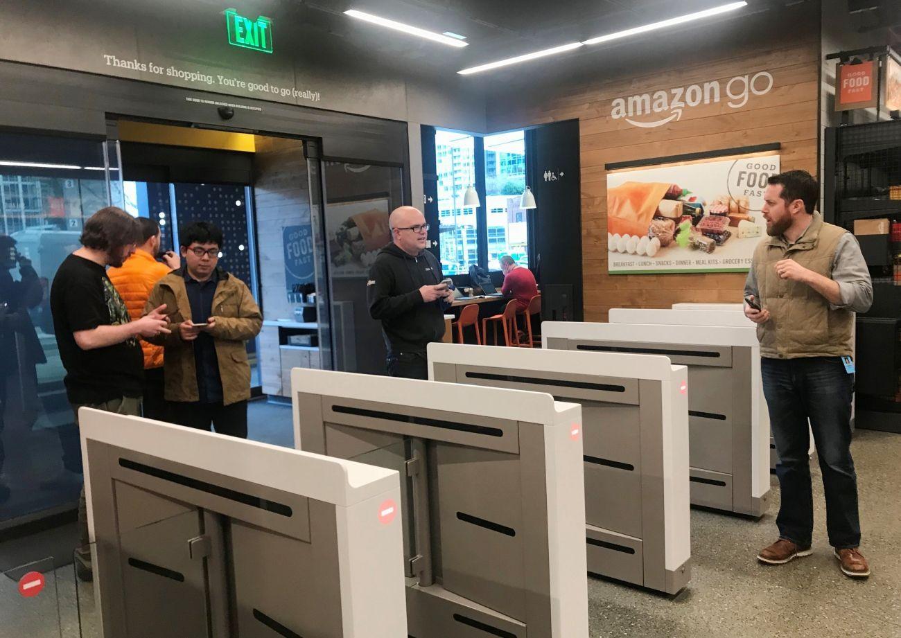 9cd2d7f567 Foto  Amazon otevírá prodejnu budoucnosti. Chybí v ní pokladny ...
