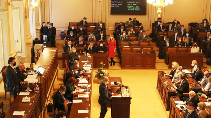 Poslanecké kluby budou dostávat vyšší příspěvky než loni, odsouhlasila sněmovna