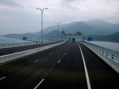 Čína otevírá nejdelší most na světě. Obří stavba měří jako cesta z Prahy do Mělníka