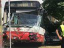 Autobus v Praze po nehodě narazil do budovy statistického úřadu. Několik lidí je zraněných
