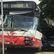Linkový autobus v Praze po nehodě narazil do budovy statistického úřadu. Několik lidí je zraněných