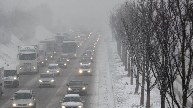 8624a4adf Husté sněžení komplikuje dopravu, kamiony uvízly - Aktuálně.cz