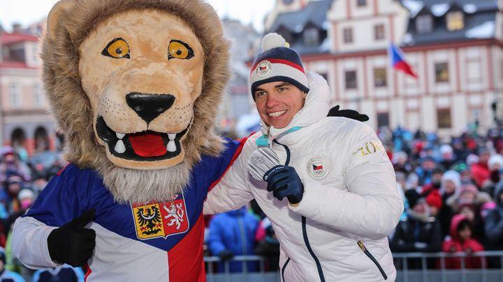 Video: Olympioniky ve Vrchlabí přivítaly v mrazivém počasí stovky lidí