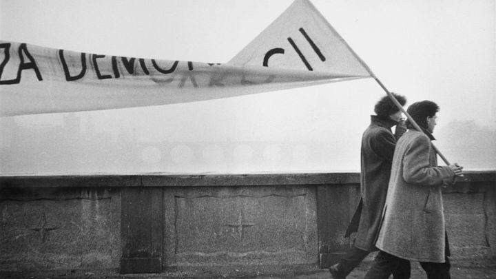 Fotografie roku 1989 měla svatozář pravdy. Národní galerie vystavuje obrazy revoluce