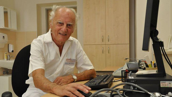 Olomouckému lékaři je 82 let a stále ordinuje. Už 12 roků slouží pro bezdomovce