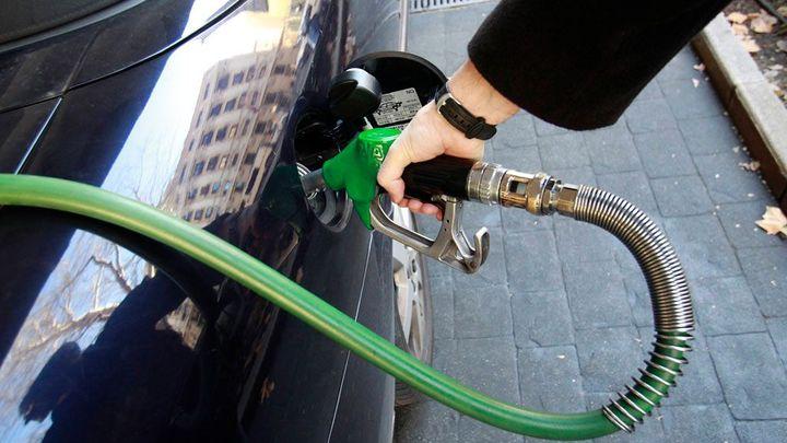 Benzin je nejlevnější za pět let. Může ubrat ještě korunu