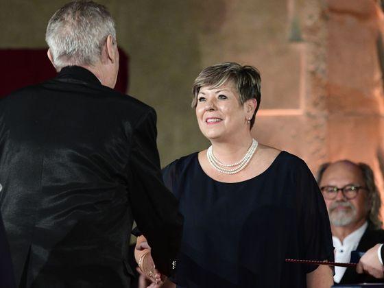 Ivana Kohoutová přebírá státní vyznamenání od prezidenta republiky.