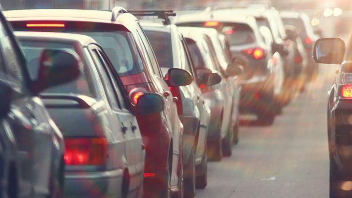 Pozor na dálnice u Prahy, hrozí dlouhé kolony. Víme, kudy je při cestě na víkend objet
