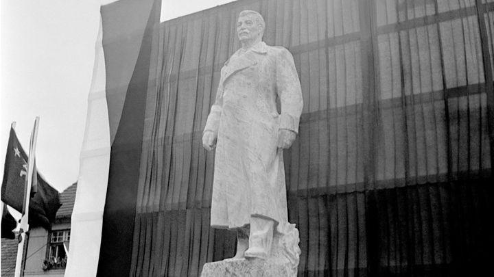 Rusové chtěli dát sochu Stalina před českou ambasádu. Komárov ji nakonec neprodal