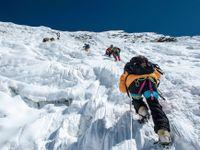 Zemětřesení v Nepálu strhlo lavinu pod Mt. Everestem