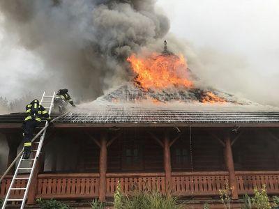 Foto: Mimořádný poplach pro hasiče. 40 jednotek bojuje s požárem motorestu, u něhož je benzinka