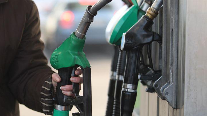 Průměrná cena benzinu a nafty klesla pod 30 korun za litr