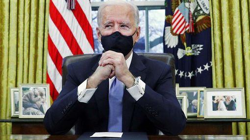 Joe Biden v Oválné pracovně.