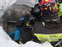 Záchranáři vyprostili ze zasypaného hotelu deset lidí včetně dvou holčiček. Hledání pokračuje