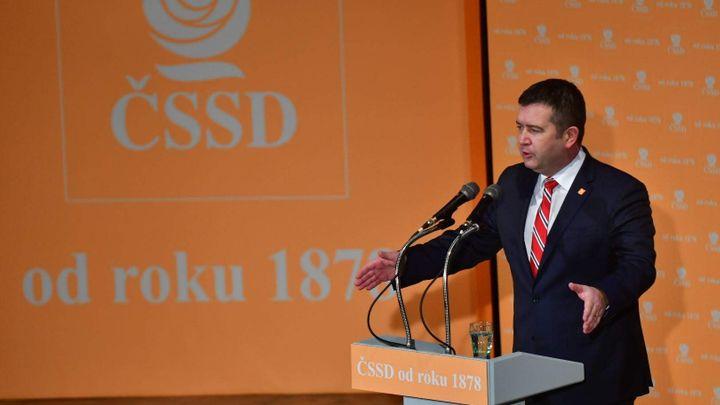 ČSSD zůstává v koalici s ANO, rozhodlo předsednictvo. Hamáčka podrželi i poslanci