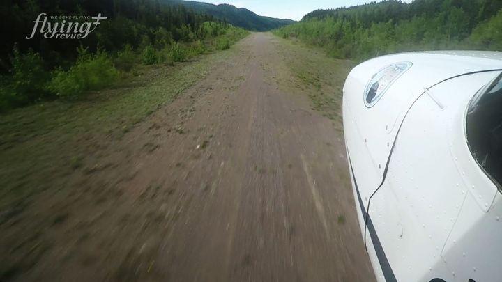Letiště v zemi nikoho. Přistávací dráha nemá ani zpevněný povrch