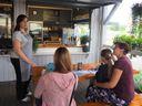 Foto: Začínala ve vesnickém stánku s točenou zmrzlinou. Dnes má luxusní cukrárnu uprostřed města