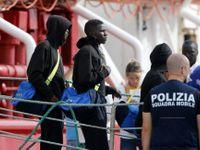 Loď Ocean Viking s migranty na palubě zakotvila na Sicílii, čeká je karanténa