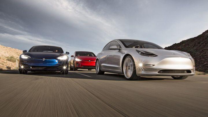 Začíná konečně elektrická revoluce? Tesla prodala v USA víc aut než Mercedes