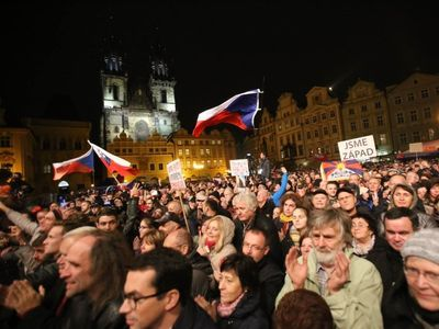 Online: Oslavy v napjaté atmosféře. Protestní shromáždění zaplnilo Staroměstské náměstí