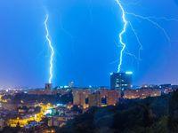 Do Česka dorazily extrémní bouřky, spadlé stromy zastavily provoz na řadě tratí