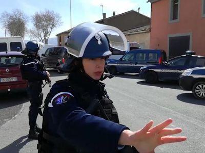 Francie po útoku děkuje hrdinům. Jeden se vyměnil s rukojmím, druhý nahnal lidi do chladírny