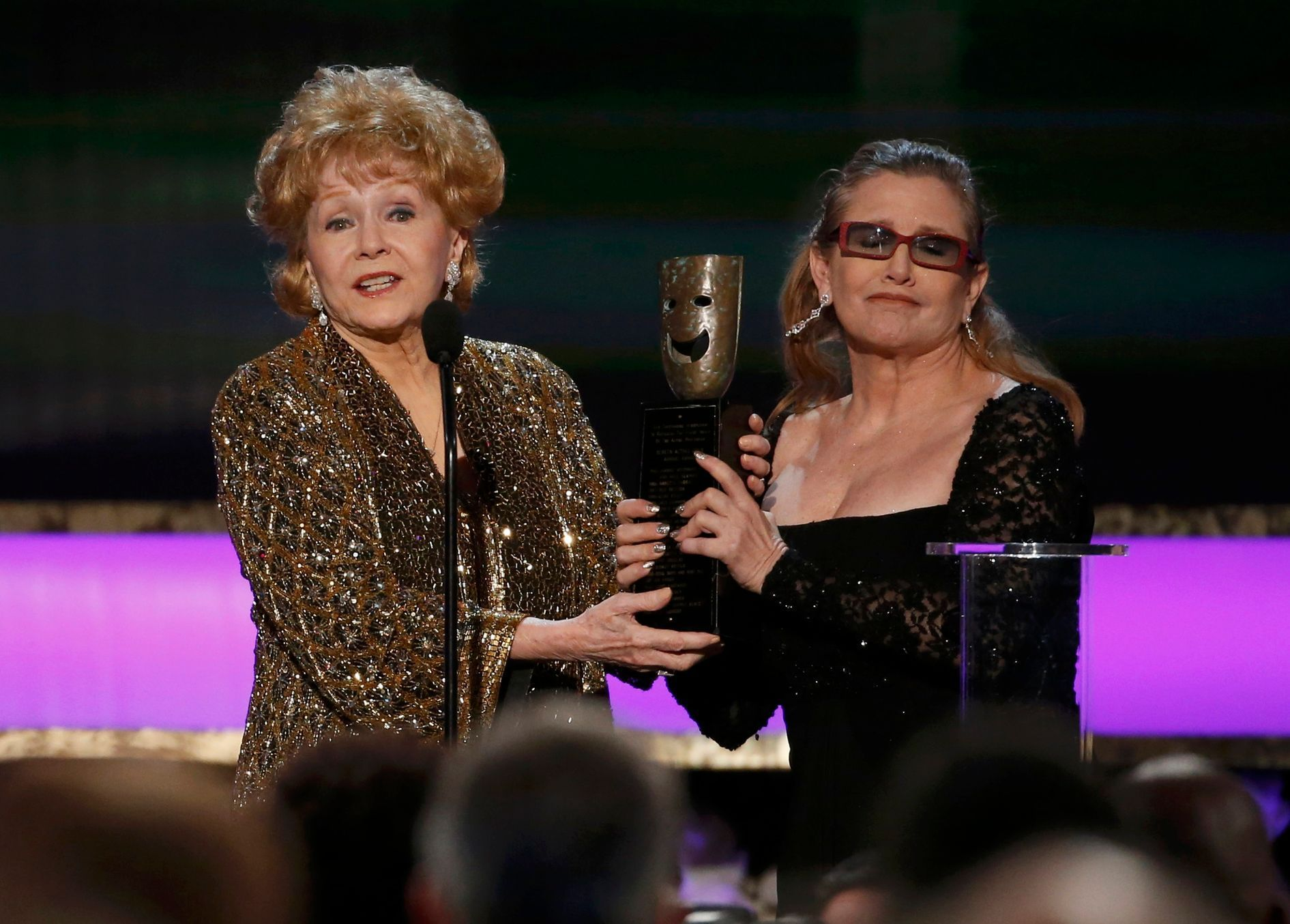 Debbie Reynolds přijímá cenu od své dcery Carrie Fisher (Screen Actors Guild Awards v Los Angeles)