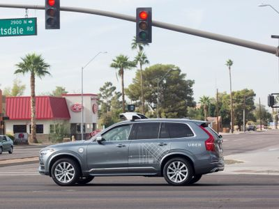 Samořiditelné auto poprvé zabilo člověka. Uber po tragické nehodě v Arizoně pozastavuje projekt