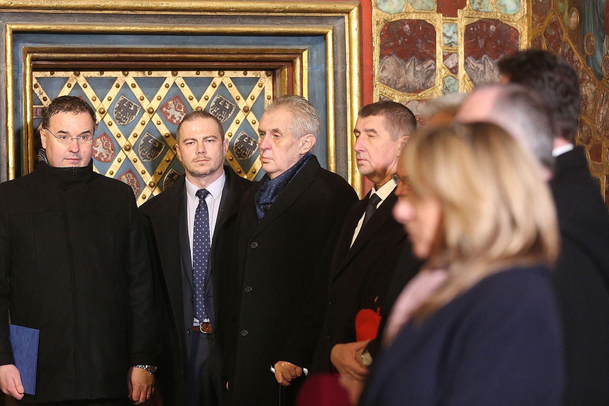 Vyjímání korunovačních klenotů ve Svatováclavské kapli. Klíčníci přihlížejí. 49358880f3