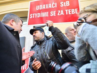 Živě: Česko si připomíná revoluci. Pietní akce přilákaly davy lidí, mnozí protestují