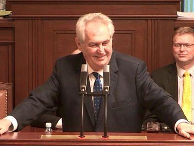 """Zeman urazil poslance """"přeříznutými aktivistkami"""", odešli ze sálu. Ovčáček: Nemají smysl pro humor"""