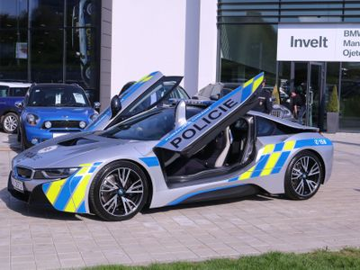Policista naboural s hybridním BMW za čtyři miliony do stromu, za volantem zkolaboval
