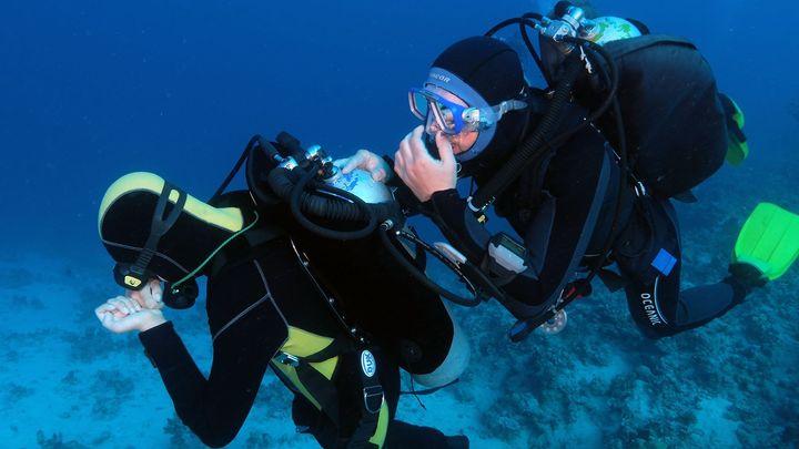 I vozíčkáři si užívají stav beztíže pod vodou. Za potápěním vyráží pravidelně do lomů i k moři