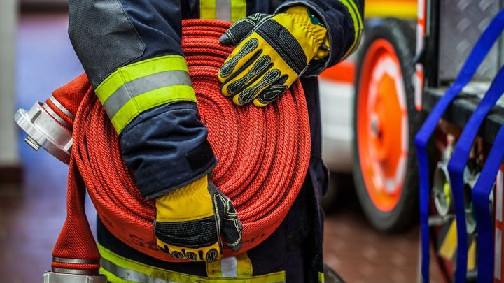 Při požáru v domově důchodců v Krupce zemřela žena. Škoda jde do milionů