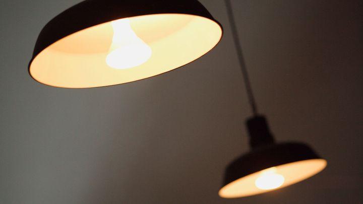 Nový trik podomních prodejců. Levná žárovka vyjde draho