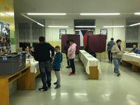 Živě: První den sněmovních voleb skončil. Dostavily se již dvě pětiny voličů, nejvíc chodí v Praze