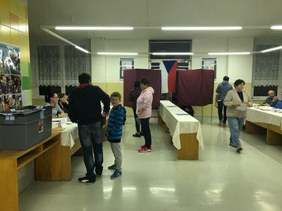 Živě: Je tu volební finále. Zájem Čechů o hlasování je velký, před místnostmi se tvoří fronty