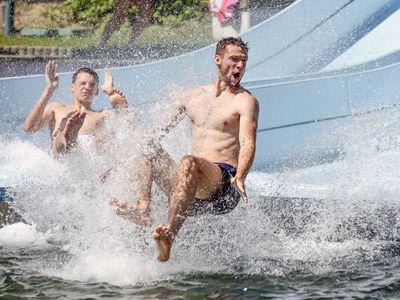 Obrazem: Hurá k vodě. Léto je v plném proudu, takhle si lidé po celém Česku užívají krásné počasí