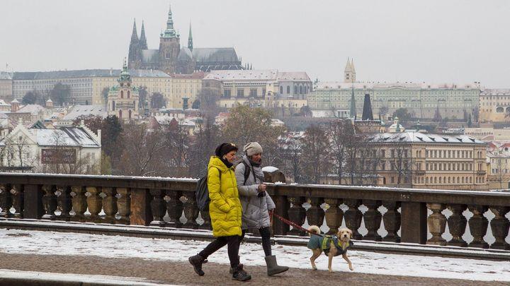 Letní teploty v Česku v sobotu vystřídá silné sněžení. Náledí hrozí i v nížinách