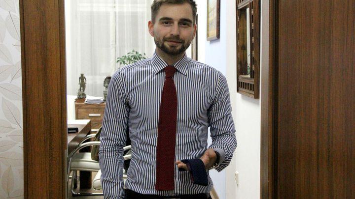 Kavalíři z právnické fakulty znovuobjevili pletené kravaty. První pokusy ale vypadaly jako ponožky