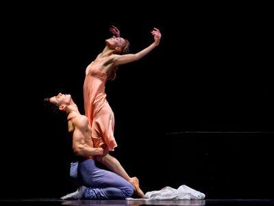 Baletka Marta Drastíková v rozhovoru mluví o tom, jaké bylo stát u baletní tyče s tříměsíční dcerou a předávat si ji s mužem v divadle.
