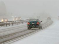 Česko zasypal sníh. Lidé uvízli na cestě do práce