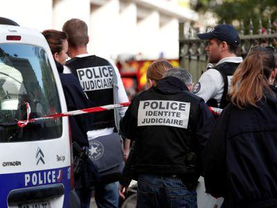 V obchodě na jihu Francie došlo k přestřelce, muž hlásící se k Islámskému státu drží rukojmí