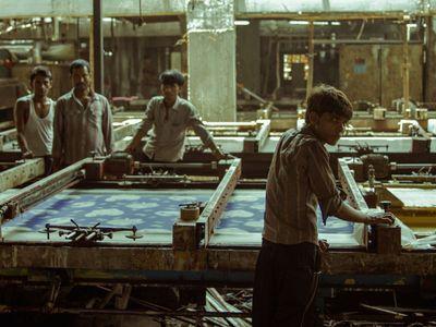 Jaká je skutečná cena oblečení? Režisér hledal odpověď v indické továrně, našel novodobé otroky
