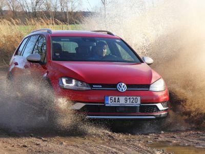 Známe 25 nejprodávanějších aut v Evropě za rok 2016. Jsou mezi nimi i tři modely vyráběné v Česku