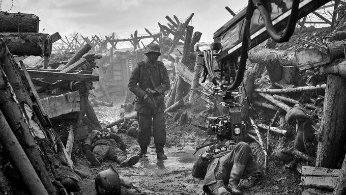 Netflix zveřejnil první fotografii z nové adaptace Na západní frontě klid.